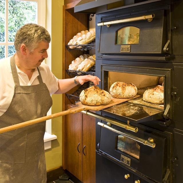 Speciaalbrood, vers afgebakken in de winkel